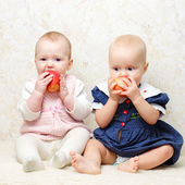 Two infants with apples — Stock Photo