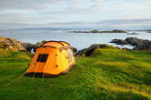 Camping tent on ocean shore — Stockfoto