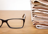 Glasses and newspapers — Stock Photo