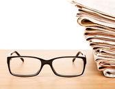 Occhiali e giornali — Foto Stock