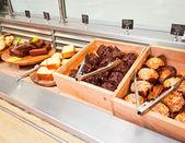 Kafeterya tepsi hatta maffins — Stok fotoğraf