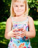 水のガラスを持つ子供 — ストック写真