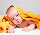 婴儿在毛巾下 — Stockfoto