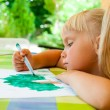 Child drawing outdoors — 图库照片