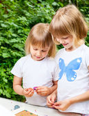 Crianças a brincar com plasticina — Foto Stock
