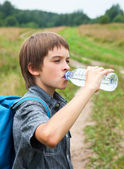 Kid drinking water oudoors — Foto Stock