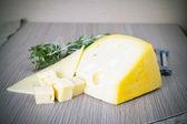 Сыр на деревянных фоне — Стоковое фото