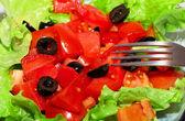 вкусный салат с помидорами, оливками и перцем. — Стоковое фото