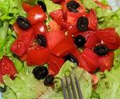 Lezzetli salata domates, zeytin ve biber ile. — Stok fotoğraf