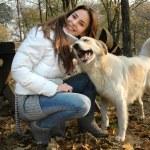 lustige Portrait einer Frau und Hund — Stockfoto #33667411