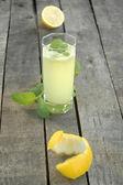 Limonade à la menthe, coupées de citron et le zeste de citron — Photo