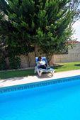 Freizeit-tag, um den pool — Stockfoto