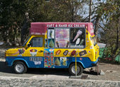Retro ice cream van — Stock Photo