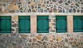 Okna s zelenými okenicemi — Stock fotografie