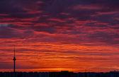 высокая башня и оранжевый золото красное небо — Стоковое фото