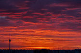 Wysoka wieża i pomarańczowe niebo czerwone złoto — Zdjęcie stockowe