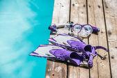 Dykning glasögon, snorkel och fenor på bryggan — Stockfoto