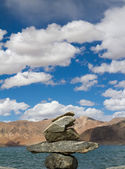 Pangong Tso mountain lake panorama with Buddhist stupas in foref — Zdjęcie stockowe