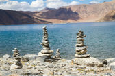 Pangong Tso mountain lake panorama with Buddhist stupas in foref — Stock Photo