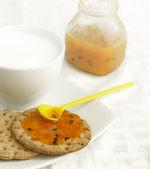 Biscotti con marmellata — Foto Stock