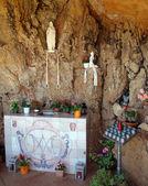 Vergine maria in una nicchia di roccia, fornells, minorca — Foto Stock