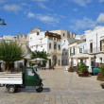 A typical Italian piazza in Alberobello town — Stock Photo