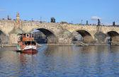 Prag - feb 23: Touristenboot Segeln in der Nähe der Karlsbrücke — Stockfoto