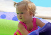 Little girl playing at the beach — Stockfoto