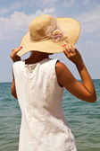 Girl in a hat on the beach. — Stock Photo