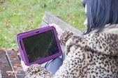 Model alternatywny, usiadł na ławce z komputera typu tablet — Zdjęcie stockowe