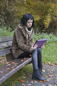Alternative Model sat on Bench with Tablet PC — Foto Stock