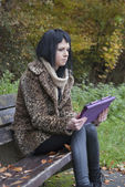 Alternative Model sat on Bench with Tablet PC — Foto de Stock
