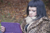Alternative Model sat on Bench with Tablet PC — Zdjęcie stockowe