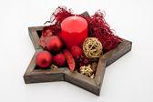 Gwiazda kształt naczynia z christmas cacko, czerwony świeca i świąt Bożego Narodzenia ozdoba — Zdjęcie stockowe