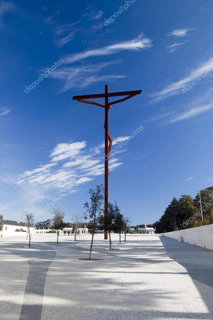 Cross on plaza of Sanctuary of Our Lady of Fatima — Stock Photo #14297755