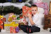 Niño y regalos en navidad — Foto de Stock