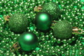 Cinque palline di natale verde — Foto Stock