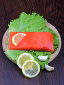 Trout fillet with lemon, garlic and lattuces leaves. Close up — Stock Photo