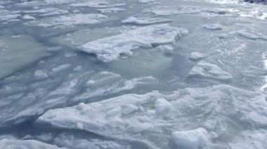 Ice blocks float on a water surface. High quality and resolution — Stock Video