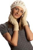 Giovane bella ragazza sorridente in abiti invernali sopra la ba bianca — Foto Stock