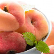 Fresh peaches in the bowl — Foto Stock