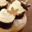 Christmas cupcakes with snow flake cookies on top — Stockfoto