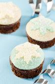 Beyaz ve mavi snow flake dekorasyonu ile Noel keki. Tarih — Stok fotoğraf