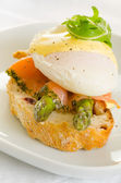 Poached eggs with salmon and asparagus on toasted bread — Stock Photo
