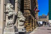 Aslan heykelleri parlamentosu tepe üzerinde — Stok fotoğraf