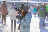 Una donna che cerca di indossare i suoi guanti — Foto Stock