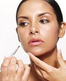 Latijns-vrouw toepassing van make-up en lippenstift — Stok fotoğraf