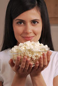 Young woman eating pop corn — Stock Photo