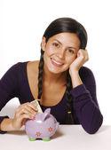 Genç kadın ve para tasarrufu kumbara — Stok fotoğraf