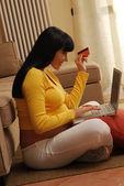 Genç ve mutlu bir hamile kadın satın internet — Stok fotoğraf